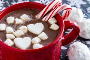 chocolat chaud avec des bonbons et des biscuits photo