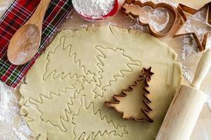 ingrédients et emporte-pièces pour biscuits au sucre