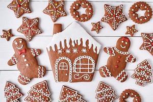 gingerbreand cookies noël composition, maison homme et femme couple, étoiles