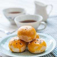 gâteau de lune pâtisserie chinoise avec tasse de thé