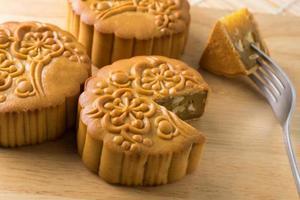Mooncake traditionnel chinois, sur des planches à découper en bois