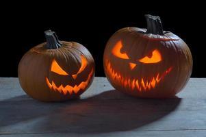 Halloween effrayant sur fond noir avec la lumière de la lune avec des lanternes jack'o photo
