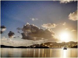coucher de la lune sur l'île de tortola photo