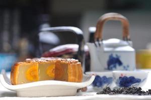 gâteaux de lune traditionnels sur table avec tasse de thé. photo