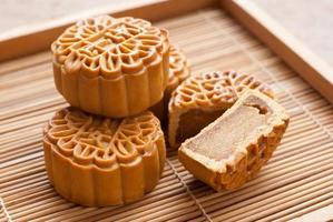 gâteau de lune festival de la mi-automne sur planche de bois