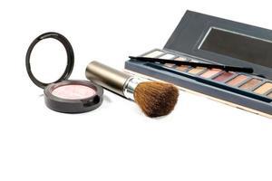 pinceau et poudre de maquillage