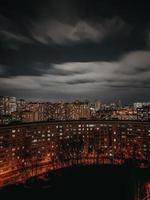 toits de la ville pendant la nuit photo