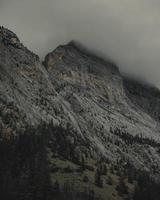 Face de falaise de Rocky Mountain au Canada