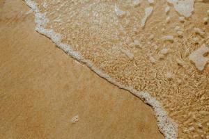perspective à grand angle de l'eau salée sur le rivage