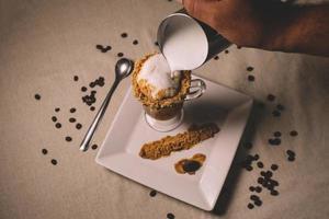 Personne atteignant le cadre de la préparation du dessert au café