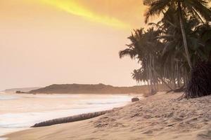 beau coucher de soleil sur une plage paradisiaque