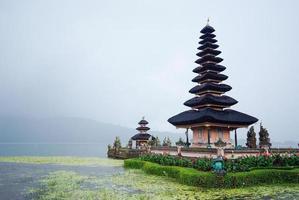 temple pura ulun danu bratan à bali en jour de pluie