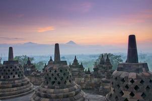 sunrise borobudur temple stupa à yogyakarta, java, indonésie.