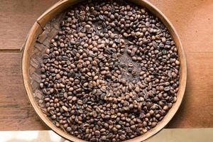 café fraîchement torréfié dans un bol photo
