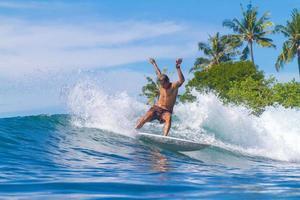 surfer sur une vague. île de Bali. Indonésie. photo