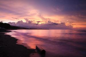 Coucher de soleil tropical vibrant à bali indonésie photo