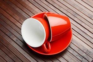 tasse à café rouge et soucoupe