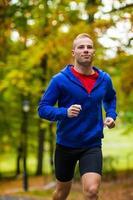 homme jogging dans le parc photo