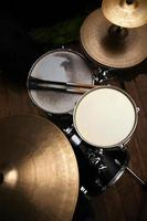 batterie dans un studio avec baguettes