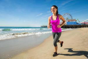 femme fit sain heureux jogging plage espace cardio perte de poids photo