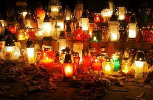 bougies sur la tombe - le soir de la Toussaint photo