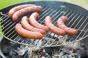 savoureuse saucisse polonaise sur le gril photo
