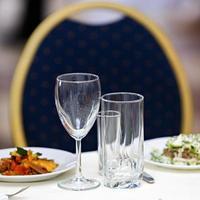 verres pour boissons et cocktails à la table de fête