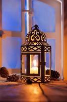 lanterne de noël avec bougie rougeoyante photo