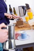 mains d'homme et femme préparant le petit déjeuner dans leur cuisine photo