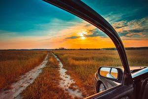 vue depuis la fenêtre de la voiture. concept de liberté et de rêve photo