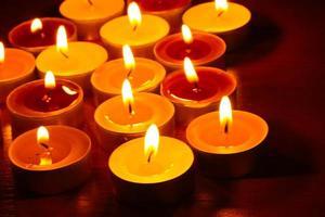 belles bougies et décor sur table en bois photo