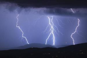 éclair avec de fortes pluies photo