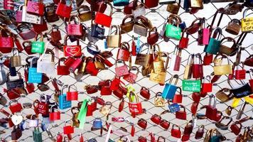 clé colorée verrouiller la balustrade sur le pont photo