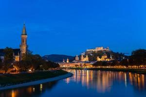 Vue crépusculaire de la vieille ville de Salzbourg, Autriche
