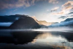 lever de soleil brumeux sur les montagnes