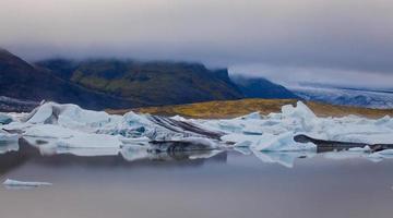 belle image vibrante du glacier islandais et de la lagune glaciaire avec