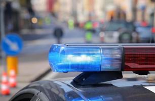 Sirènes clignotantes bleues de voiture de police pendant le barrage routier photo