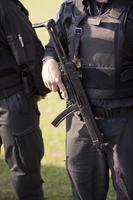 policier avec mitrailleuse photo