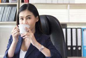 femme affaires, café buvant