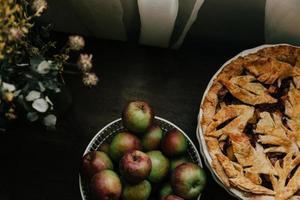 Tarte aux pommes au four de saison sur table éclairée par la fenêtre