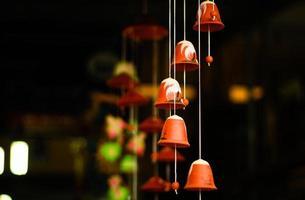 Cloche à vent en porcelaine colorée dans le village de bat trang. photo