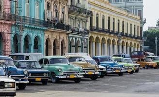 scène de rue avec voiture ancienne à la havane, cuba.
