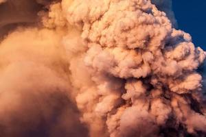 le volcan etna produit une fontaine de lave pendant l'éruption continue. photo