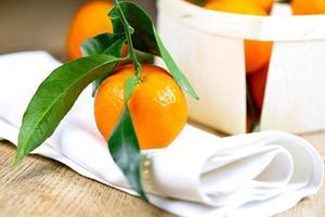 mandarines aux feuilles vertes photo