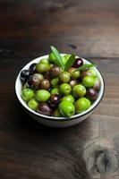 Huile d'olive et pain sur table en bois rustique photo