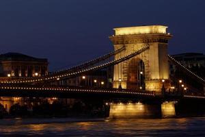 image de nuit du pont à chaînes hongrois photo