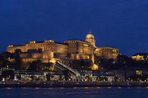 colline du château à budapest la nuit