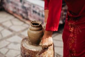 création de pot en argile vietnam traditionnel