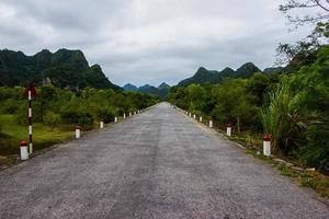 route droite, couchée parmi les rochers. photo