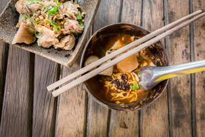 soupe épicée aux nouilles de porc à la thaïlandaise, tom yum photo
